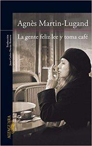 La gente feliz lee y toma café