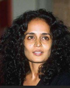 escritora Arundhati Roy